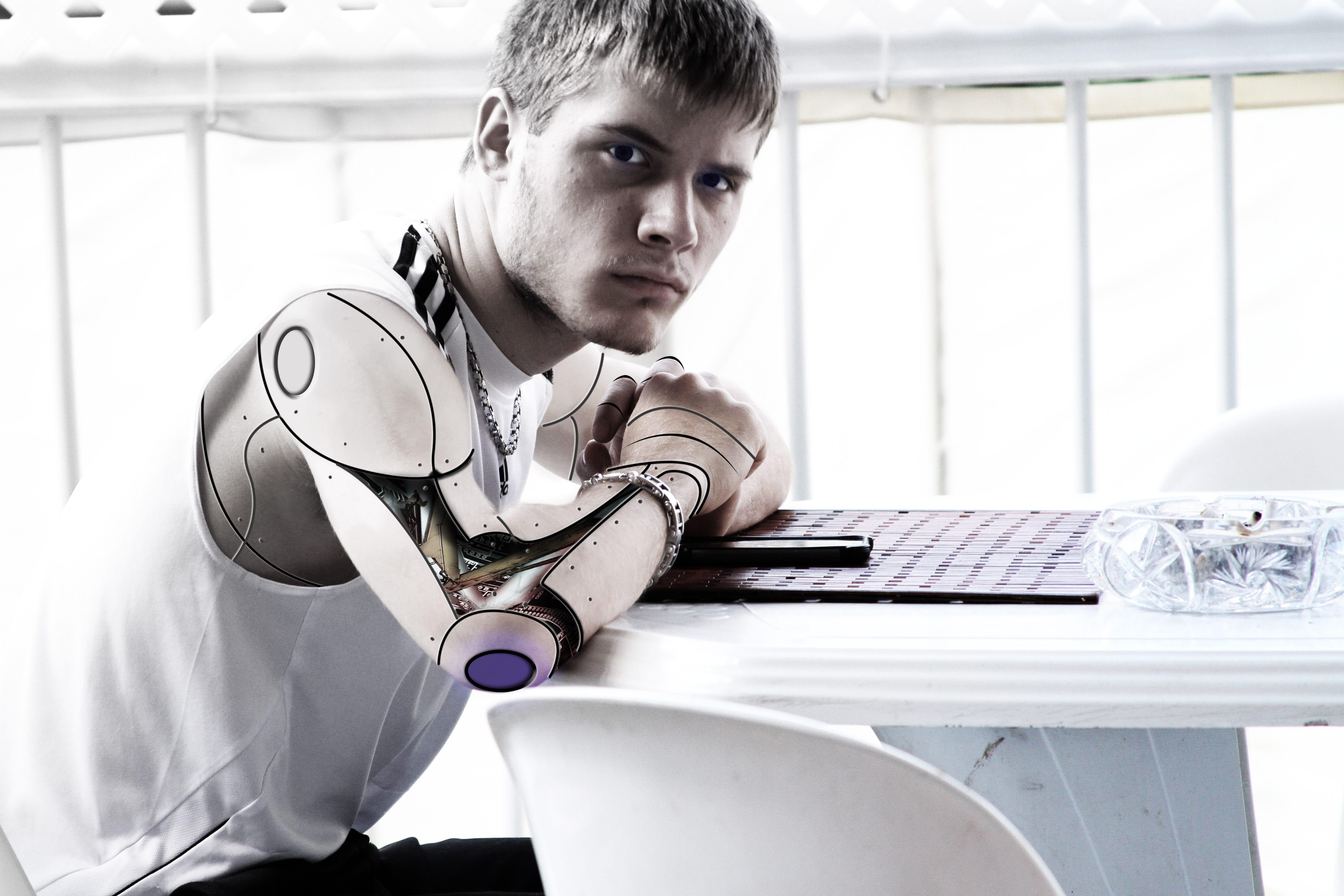I bot che influenzano e manipolano i social network.