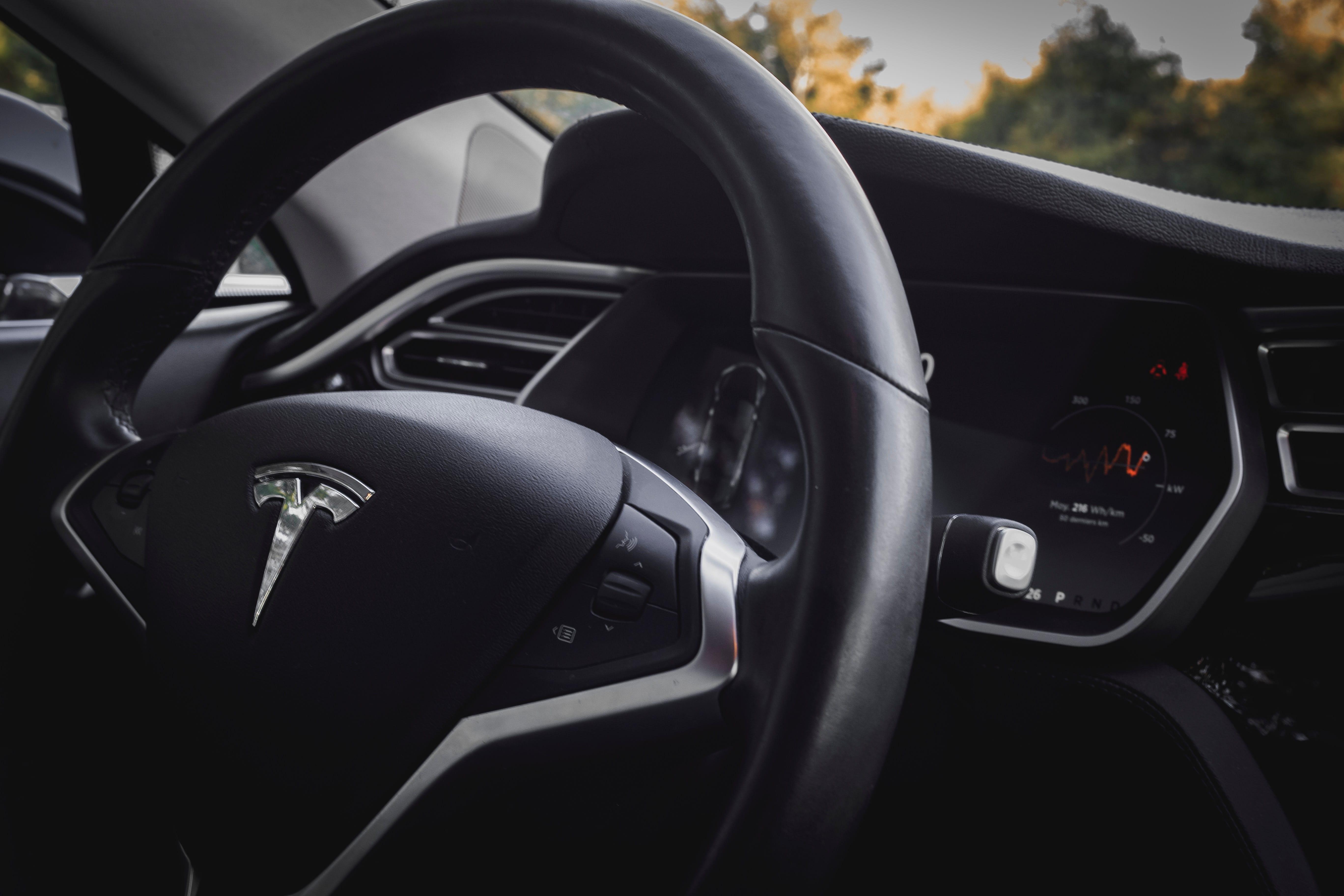 Tesla incoraggia gli hacker a trovare falle nei sistemi delle sue auto
